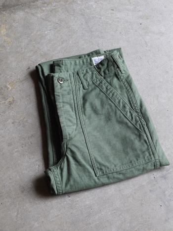 ユニセックスタイプのアーミーパンツは、無駄のないすっきりとしたシルエットが絶妙。裾を折り返してゆるく履くのが今の気分!