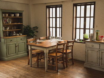 ぽってりとペイントされた家具だけど、擦れや剥がれでシャビーシックな雰囲気が出ています。どこかはかなげな感じがいいですね。