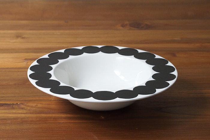 黒のドットがポップで大人かわいいディーププレート。縁が広く、丸みを帯びた形が他のスープ皿にはない魅力があります。 下にもう一つプレートを敷いて、ちょっとおしゃれに食卓を演出してみても◎。 特別な日の食器にもぴったりです。