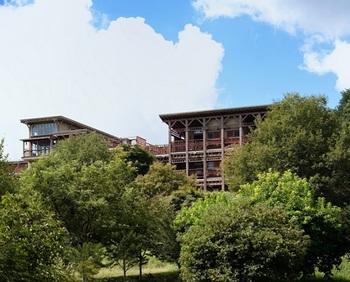 JR中央本線の「塩山駅」から車で20分ほど。ブドウ畑の風景を眺めながら、高台をのぼっていくと見えてくるのが、こちらの「保健農園ホテルフフ 山梨」です。晴れた日には富士山を望めるそう。