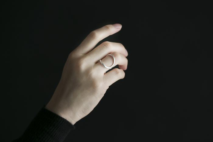 指を包み込むような、しなやかに描かれた流線形のデザイン。着けてみると絶妙な抜け感で、あか抜けた印象に。デザイン性が高いのに、どんなアイテムともしっくりくるから不思議です。