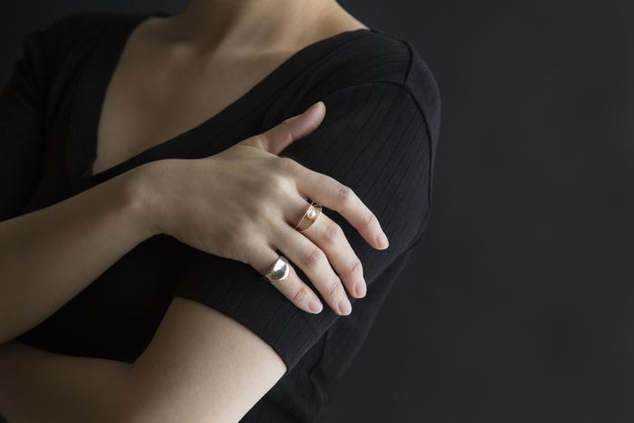 ぽってりした表情が、女性の手元を美しく見せてくれます。Tシャツにもニットにも、無地にも柄物にも…。合わせるアイテムを選ばないのもうれしい。
