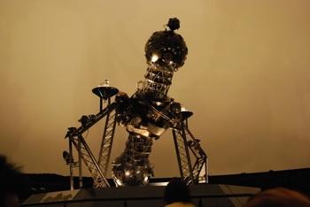 プラネタリウムのヒーリング効果に着目した兵庫県・明石市立天文科学館では、2011年11月23日、わが国で初めて「大人のプラネタリウム、熟睡プラ寝たリウム」と題して特別投影を行いました。 ※画像は同館に設置されているカールツァイス・イエナ社製の投影機。国内で稼働する中では日本最古だそう。