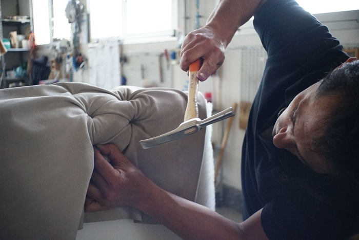 デンマークの著名な家具ブランドでは、使用する素材や製造過程の管理を徹底し、伝統的な家具職人の技巧を継承したものづくりを大切にしています。しかしその一方では、最新の製造技術や時代に合わせたユーザーの需要も上手く吸い上げ、現代の人々の暮らしにふさわしいデザインを提案し続けてもいるのです。「シンプルで飽きの来ない、長く使い続けられる上質な家具」を目指して北欧の家具作りを牽引してきたデンマークのクラフトマンシップは、モダンで美しいデザインセンスとともに、現代の職人にも変わらず受け継がれています。