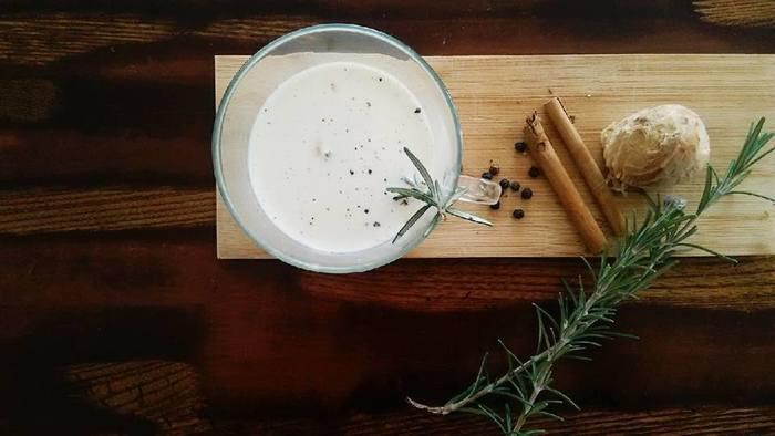 """古くから薬草としても重宝され、スパイシーな香り高い""""ローズマリー""""に""""ジンジャー""""をプラスすれば、身体を芯から温めるハーブティーが完成。クセが強いと感じることも多いローズマリーは、牛乳と合わせることでマイルドな味に。"""