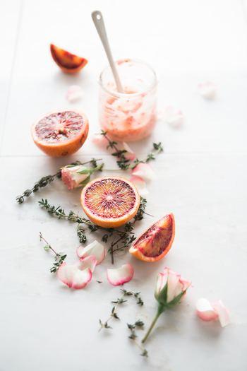 """オレンジの皮を乾燥させた""""オレンジピール""""はビタミンCがとっても豊富。""""ラベンダー""""とブレンドして日常的に飲むことで、風邪を引きそうな身体を癒しながら温めます。"""