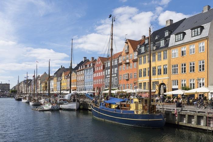 北欧諸国の中で最も南に位置するデンマーク王国は、ユトランド半島と大小400以上の島々から成り、面積は約4.3万平方キロメートルで九州とほぼ同じくらい、人口は570万人ほどの小さな国です。首都はコペンハーゲン。国土は豊かな自然に恵まれ酪農国として発展しましたが、1960年代からは近代工業へ、21世紀に入ってからはサービス業へと産業の中心がシフトしました。16~17世紀の面影を残すお城や港町、カラフルな建築物が今も多く保存され、その美しく可愛らしい雰囲気は「おとぎの国」と呼ばれるゆえんともなっています。