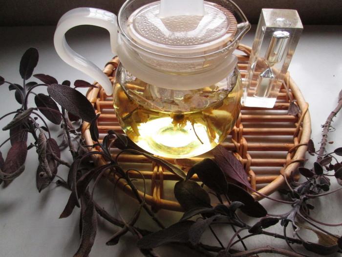 """なんだか寒気がするときには、殺菌作用のあるすっきりとした""""レモングラス""""と身体を温めてくれる""""カモミール""""、そして""""リンデンフラワー""""で心と身体を癒してあげましょう。はちみつや砂糖をプラスすると、もっと飲みやすくなりますよ♪"""