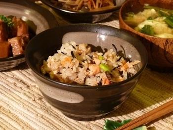 研いだお米をシリコンスチーマー内で30分浸水。 その間に7種類の具を準備。順番に足してかき混ぜながら加熱します。
