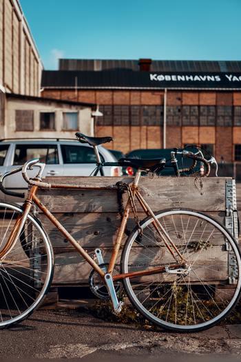 デンマークは日常の交通手段として自転車が大いに利用されている自転車大国です。特に、車より自転車優先の道路整備が徹底されているコペンハーゲンでは、自転車を通勤・通学に使う人は五割以上にのぼるのだとか。渋滞知らずな上にエコな自転車ですいすいと街を行くデンマーク人のスタイルは、自転車都市のロールモデルとして世界各国からも注目されています。