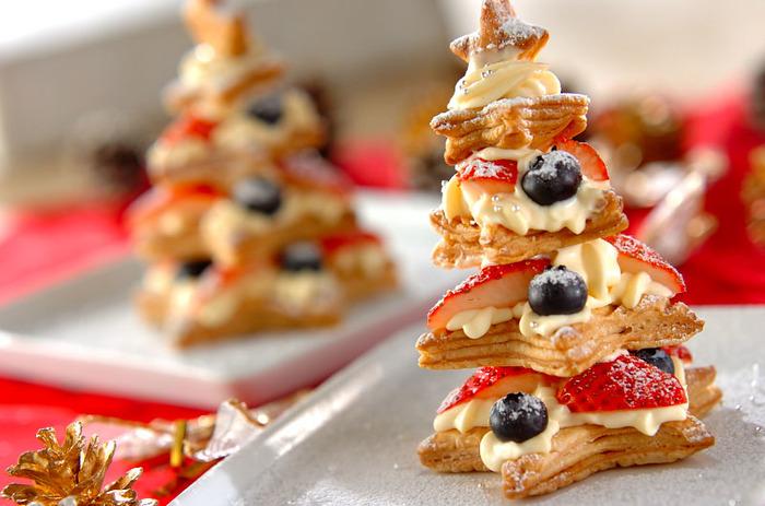 パイシートをサイズ違いの星型にくりぬいて、カスタードクリームとフルーツをサンドしながら積み上げれば、クリスマスツリーのように♪最後に雪をイメージた粉砂糖をふりかけて。