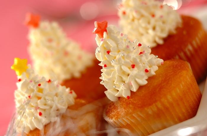カップケーキ(市販でも手作りでも◎)に、生クリームをデコレーションしてホワイトツリーに♪クリームの搾り出しと、キラキラしたトッピングが決め手です。