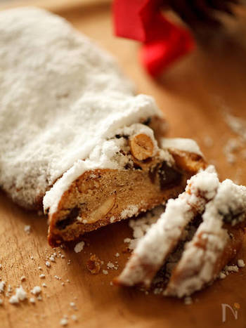 ブッシュ・ド・ノエルと同じくらい、日本でも知られているクリスマス菓子「シュトーレン(シュトレン)」。こちらはベーシックな味を楽しめる基本のレシピ。日を重ねるほどしっとり美味しくいただけますよ。