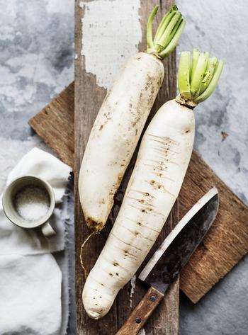 この時期旬の大根には、消化酵素のアミラーゼやビタミンC、カリウムが含まれており、葉の部分にもカルシウムや食物繊維が豊富に含まれています。疲れた胃腸をリセットしてくれるので旬のこの時期意識して摂取したい野菜です。大根は幅広く調理に使え、日持ちもするのでなるべく葉付きのものを選ぶようにしましょう。