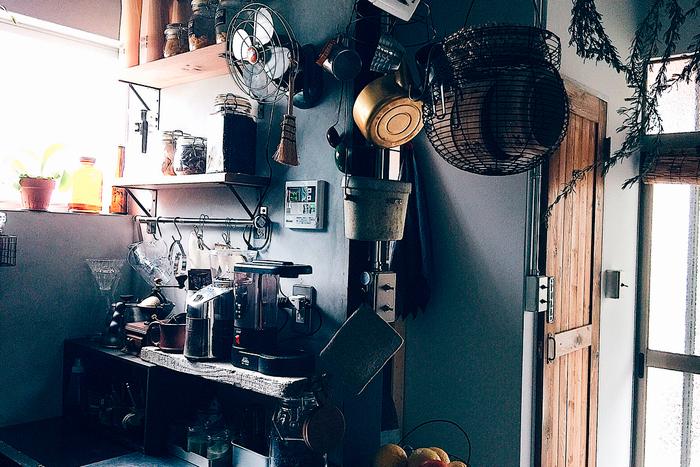 キッチンでは食器類が造り付けの棚に並んでいたり、調理用品が吊るされていたりと、オープンな収納が特徴的。独特のおしゃれな雰囲気を醸しているだけではなく、取り出しやすく片付けやすいメリットもあるようです。1Kというコンパクトな間取りでも、不自由なく暮らす――オープン収納術は、きっと快適に暮らすための知恵から生まれたルールかもしれません。