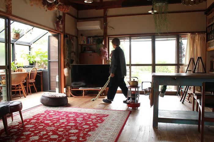 掃除のルールは、毎日、朝か夕方のどちらかに掃除機をかけるというシンプルなもの。マッシュ(愛犬)の抜け毛が気になったときは、粘着カーペットクリーナーも登場するそう。作り置きとは逆に、掃除は週末にまとめて行う負担を避ける――短時間でもこまめに掃除をすることは、充実した週末を過ごすためのルールでもありそうです。