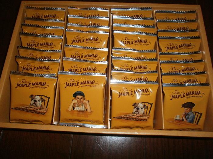 メープルバタークッキー32枚入りの羽田空港限定パッケージは、包装紙がロゴのモノグラム柄になっており、いつものPOPでかわいい印象とは違う高級感のある雰囲気になっています。
