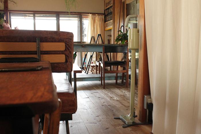 掃除のたびに、出したりしまったり――それだけで、面倒に感じるときも多いもの。しかし、tamiさんのおうちでは、常にクリーナーは部屋の片隅にすっと佇んでいます。最新のデザイン家電でありながら、古道具やヴィンテージ家具など、味わい深いインテリアが見事に調和している唯一無二の空間にも馴染むから不思議。「スリムで存在感がありすぎず、便利なスタンドもすごくシンプルなのがいい」とtamiさんもお気に入りの様子です。