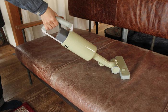 直接フロアノズルを装着してハンディクリーナーとしても。フロアノズルはブラシ切り替えスイッチがあり、掃除する場所に合わせてブラシを上げたり下げたり調節することができます。