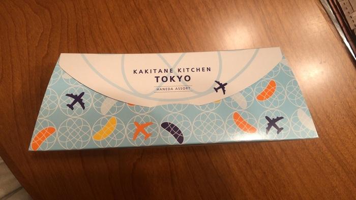 柿の種専門店「かきたねキッチン」の羽田空港限定アソートBOX。飛行機と柿の種をイメージしたオリジナルデザインのパッケージになっています。