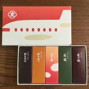 お土産に最適な5本セットは、「空の旅」のほか、虎屋定番の羊羹が入っています。飛行機が描かれた箱もここならではです。