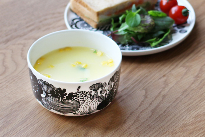朝食のスープ皿にもおすすめ。ヨーグルトやフルーツなどちょっとしたものを入れるのもいいですね。 無地のプレートに、ワンポイントとしてこのボウルを組み合わせても素敵。