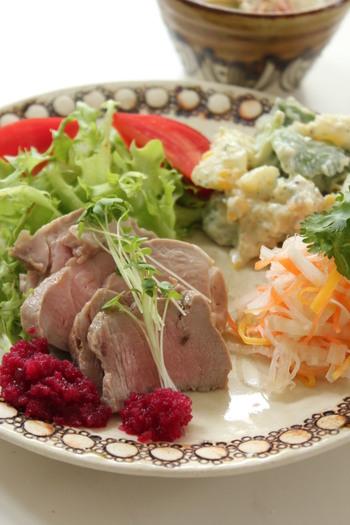 硬くなりがちな豚肉は、じっくりと熱を加えられる調理方法がぴったり。こちらはジップロックを使って湯煎をおこなう低温調理で。湯煎中にサイドメニューが用意できるのも嬉しいですね。
