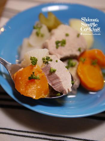 お肉も野菜もお腹いっぱい食べられるポトフは、寒い夜に食べたくなりますよね。にんにくを入れることで身体を芯からぽかぽかに。寒い外から帰ってくる大切な家族のために作りたくなるレシピです。