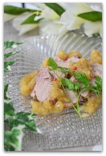塩と砂糖に一晩漬けたら、白ワインと玉ねぎを加えて蒸し煮に。カロリーカットで玉ねぎのソースも絶品な一品は、ダイエット中の方にもおすすめですよ。