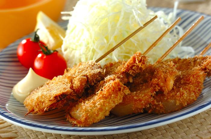 次のおすすめはヒレ串カツ!食べると元気になれる串カツですが、揚げることで甘みの増した玉ねぎがポイントに。ソースを数種類用意して、わいわい楽しみながら食べるのも良いかも。