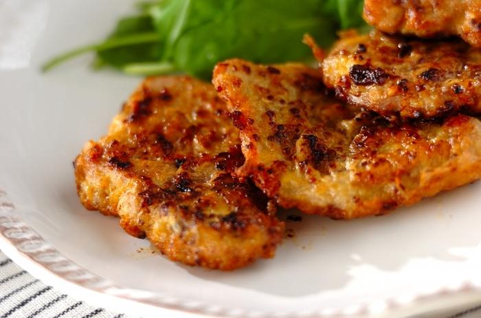 シンプルなポークピカタは、豚ヒレ肉でおもてなし料理にランクUP。お肉を柔らかくするためにも、ぜひしっかりと叩いてあげて。卵にからめる前の粒マスタードが、いい仕事をしてくれます。