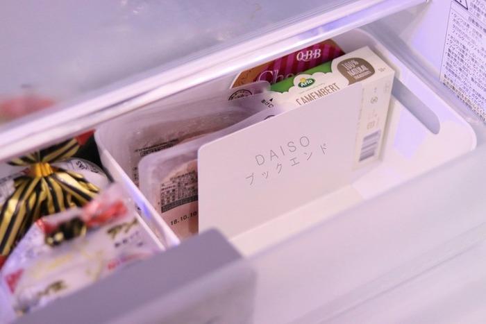 食材の厚みや内容に応じて位置を変えられるブックエンドは、小回りが効く優秀アイテムです。冷蔵庫の引き出しや、冷凍庫、ケースの中で利用するなど、アレンジ力は無限大!