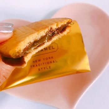 今だに大丸東京店で行列の絶えない「N.Y.キャラメルサンド」が羽田空港でも購入できます。生クリームと黒蜜を使って作ったトロトロのキャラメル、そして口どけの良いチョコレート。サクサクのバタークッキーでサンドした新しい触感のスイーツです。