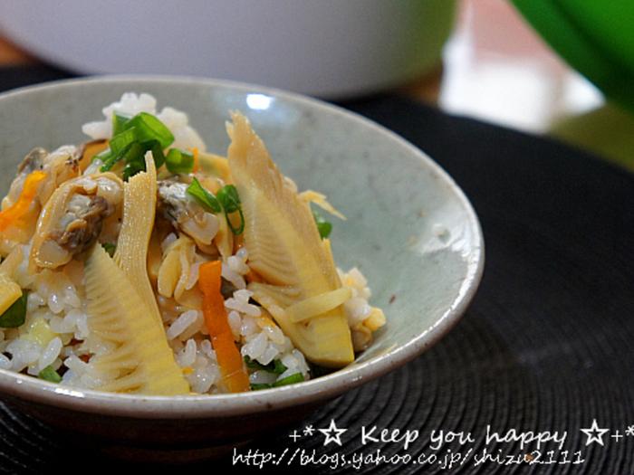 """レシピ作成者のshizueさんは、掘りたてのタケノコが手に入った際に作られたそうですが、タケノコって、調理の際にアク抜きなど手間がかかります。市販の""""たけのこごはんの素""""を常備しておくと便利ですよ♪※お米は二合。ルクエのシリコンスチーマー『雑穀美人』を使用。"""