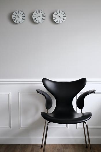 【 LILY arm chair (リリー アーム チェア)】1970年 数々の有名な椅子をデザインしたヤコブセンですが、「セブンチェア」「エイトチェア」といったシリーズは、現在でもカラーや脚部の形状などで変化をつけた数多くのバリエーションで展開されています。こちらは通称「リリー」という愛称を持つエイトチェア(アーム付き)。開いた花びらのようなアームの曲線が目を奪う、独特の佇まいが美しい椅子です。