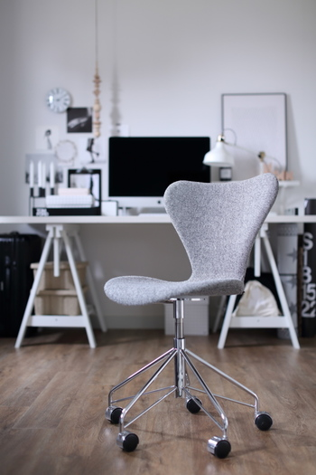 その一方で、金属やプラスチックといった大量生産に向く素材も巧みに取り入れています。こちらのセブンチェアは、無機質なイメージになりがちな金属の脚は細身でモダンな形状に。柔らかなカーブで象られた椅子本体のラインと組み合わせることで冷たさを感じさせず、洗練された印象です。