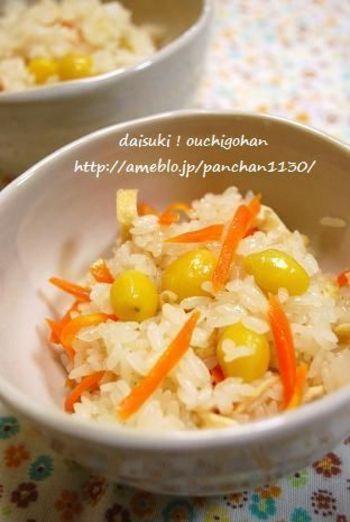 銀杏の水煮の真空パックを使用とのこと。 7-8分レンジで加熱して混ぜ、さらに3分加熱して混ぜると…おいしい銀杏おこわのできあがり♪
