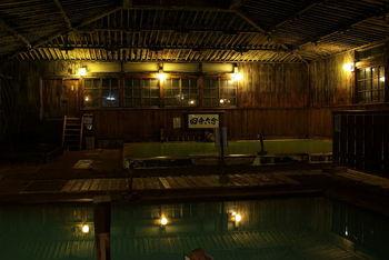 八甲田山エリアにて、海抜約900mの高さにある酸ヶ湯温泉。高地の清らかな空気と療養に適した泉質により、万病に効果が現れるとも言われています。日本で最初に国民保養温泉地に指定された由緒正しき温泉でもあり、日帰り入浴も宿泊利用も可能な施設。何と言っても名物は、総ヒバ造りの「ヒバ千人風呂」。混浴ですが、女性専用時間帯を設けるなどの配慮もされています。