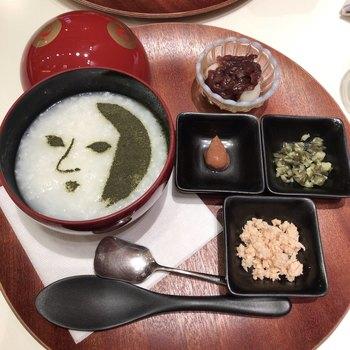 モーニングメニューの「京のやさしい朝粥」には、おなじみのロゴマークが青のりパウダーで描かれています。早朝出発の時の朝食にぴったりのメニューです。