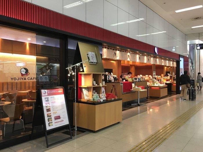 国内線第1ターミナルにある「よーじやカフェ」。あぶらとり紙などを販売するショップと併設されています。あぶらとり紙はいつもの白ではなく赤色のパッケージのものが手に入りますよ。
