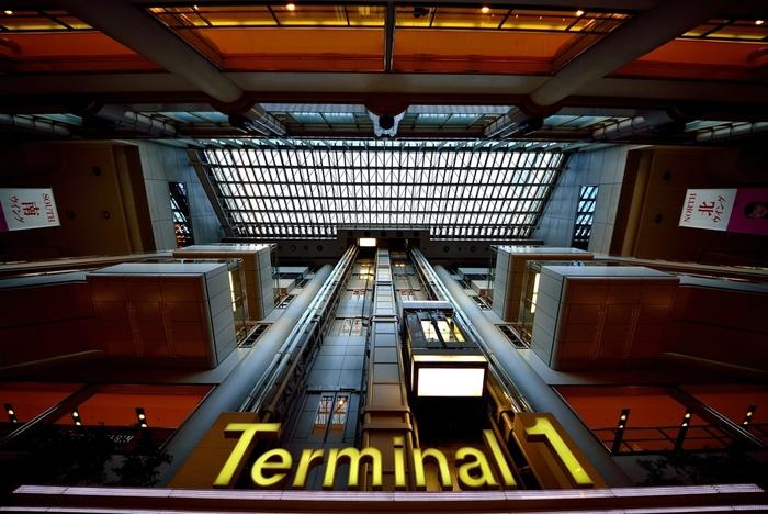 第1ターミナルは、日本航空(JAL)・スカイマーク(SKY)・スターフライヤー(SFJ/北九州、福岡空港便)の発着ターミナルです。