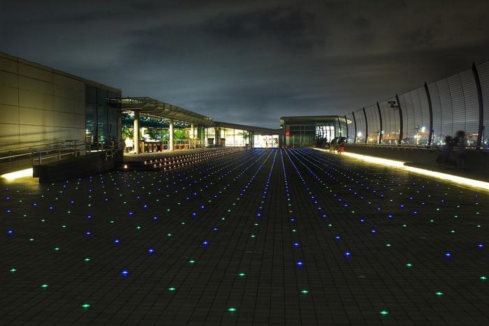 第2ターミナルの展望デッキは、夜になると約4000個のLEDライトが輝き「星屑のステージ」に。離着陸する飛行機を、夜ならではのロマンチックな空間で楽しんでみては?