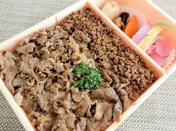 山形県米沢市の名物『牛丼弁当』。 ごはんの上にはたっぷりと牛肉が敷き詰められています。口に入れるとじんわりと肉汁が染み出て、その美味しさに感動◎。絶妙な甘辛い味付けに箸が進みますよ。