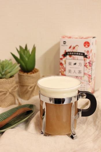 台湾の東方美人茶を使ったレシピです。  ①東方美人茶を蒸らし淹れます。 ②クリームチーズ、牛乳、砂糖、塩をボウルに入れて、  20秒程レンジで加熱します。 ③ミルクウォーマーで2、3分泡立てます。 ④③のクリームをそっとのせたら完成です。