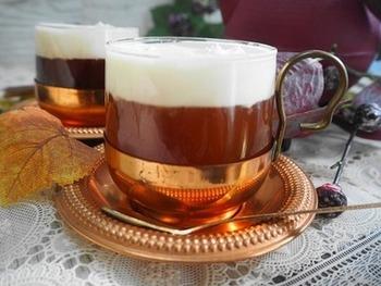紅茶を使って作る台湾チーズティーレシピです。クリームの下から紅茶の甘い香りがふわりと香り、岩塩がアクセントになっています。