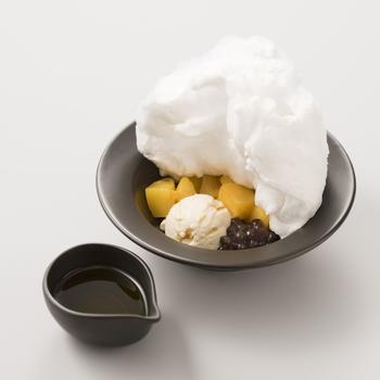 お茶との相性がいいスイーツも一緒にいかがですか?「もこもこミルクティー」は、その名の通り上にはもこもこの綿菓子が載り、濃く抽出した紅茶を下のマンゴーやアイスと絡めてお召し上がりください。