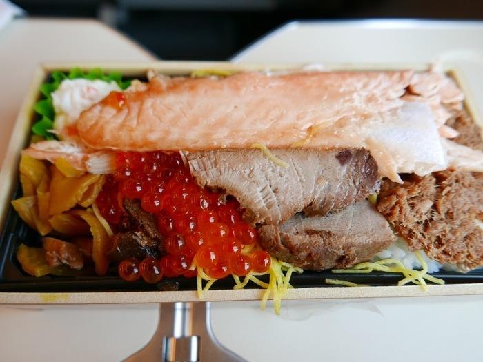 ご飯の上に溢れるほど具材が載った、贅沢な『三色弁当』。脂ののった鮭はらみ、プチプチのいくら、チャーシュー…どこからいただこうか迷ってしまいますね。彩りも鮮やかで、旅の話題の1つになりそうですね。
