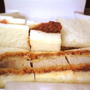 『万かつサンド』は、サンドイッチ用パンにカツをはさんだシンプルなスタイルのかつサンドです。ふんわりパンにジューシーなかつがとっても美味しい。