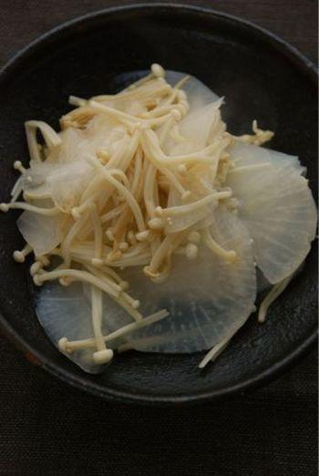 大根が驚くほど美味しくなる塩蒸しレシピ。えのきと大根との組み合わせで美味しさが増します。 お酒の肴にもぴったり簡単レシピです。