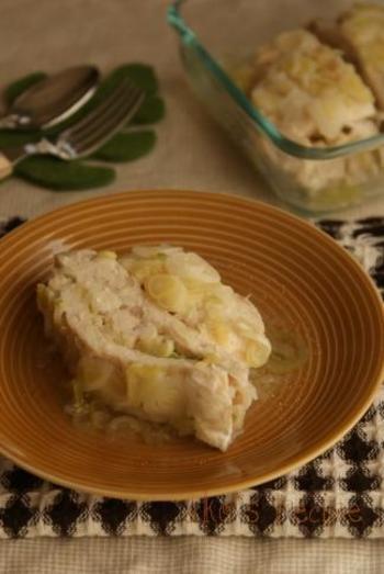 ヘルシーな鶏むねの塩蒸しレシピ。ネギたっぷりで旨味を凝縮して旨味がスープとして出ています。  むね肉はお財布にも優しいので、たっぷり食べれますよ!